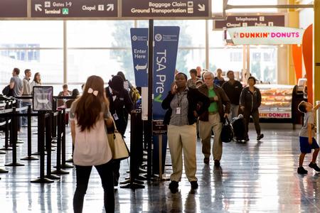 DCA, el Aeropuerto Nacional Reagan, Washington, DC - Los pasajeros en la línea de la TSA en un aeropuerto