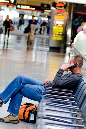 hombre sentado: DIA, DEN, el Aeropuerto Internacional de Denver, CO - Asiento hombre hablando por el tel�fono en un aeropuerto