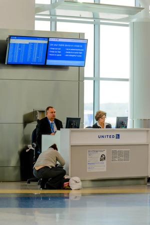 ヒューストン インター コンチネンタル エアポート IAH ヒューストン、テキサス州、アメリカ合衆国 - 旅客搭乗ゲート近代的な空港での航空会社代表