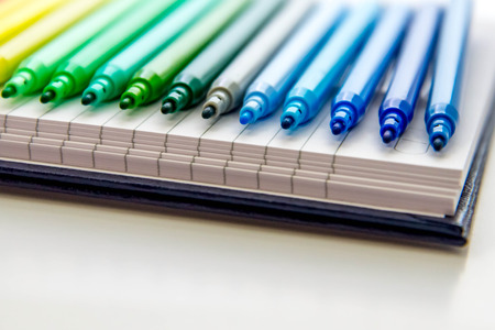 lijn van multi gekleurde markeringen Stockfoto