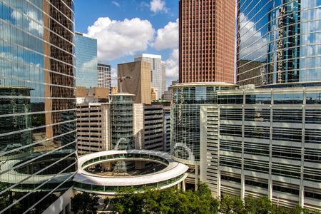 Downtown Houston hoogbouw met een blauwe hemel