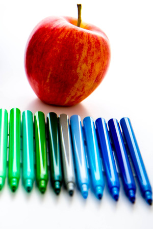 helder gekleurde terug naar school supplies en een appel voor de leraar Stockfoto