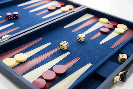 bordspellen - rood wit en blauw backgammon set in het spel