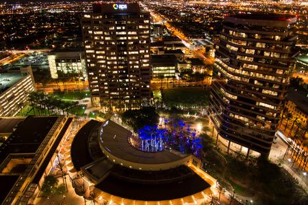 Aérea de los edificios del centro por la noche en Phoenix, Arizona