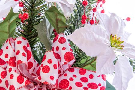 mo�o blanco: Decoraciones para las fiestas - blanco Poinsettia con lazo rojo y blanco