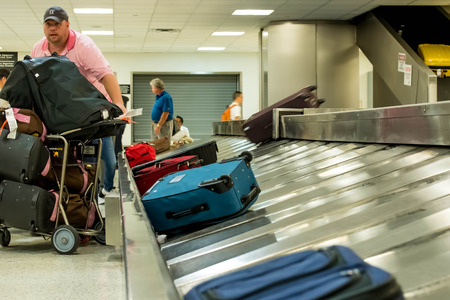 IAH, Houston Intercontinental Airport, Houston, TX, USA - luggage carousel at baggage claim Editoriali