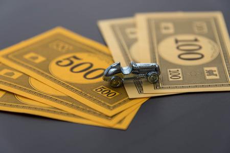 monopolio: 08 de febrero 2015 - Houston, TX, EE.UU.. Monopoly coche y dinero