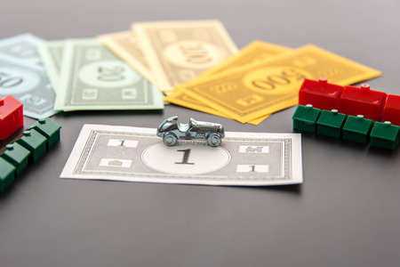 monopolio: 08 de febrero 2015 - Houston, TX, EE.UU.. Autom�viles Monopoly, dinero, hoteles y casas Editorial