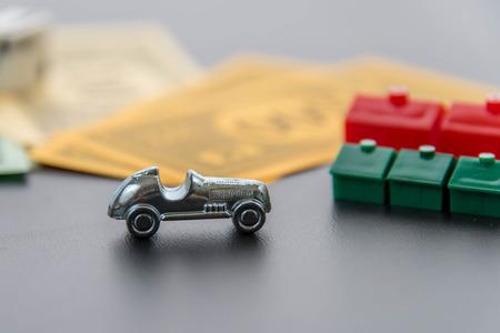 monopolio: 08 de febrero 2015 - Houston, TX, EE.UU.. Monopolio de autom�viles, dados, dinero, hoteles y casas