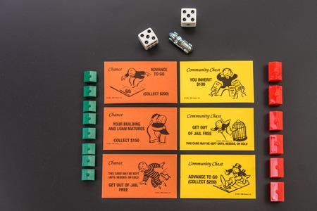 8 februari 2015 - Houston, TX, USA. Monopoly stukken en Community Chest en Chance kaarten