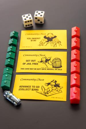 monopolio: 08 de febrero 2015 - Houston, TX, EE.UU.. Piezas de Monopoly y tarjetas de Caja de comunidad Editorial