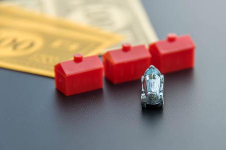 monopolio: 08 de febrero 2015 - Houston, TX, EE.UU.. Monopoly dinero, coches y hoteles rojas