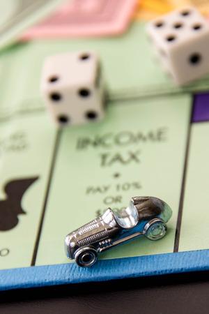 monopolio: 08 de febrero 2015 - Houston, TX, EE.UU.. Coche monopolio sobre Impuesto a la Renta Editorial