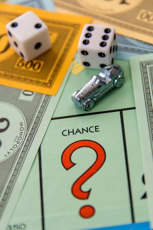 monopolio: 08 de febrero 2015 - Houston, TX, EE.UU.. Tablero de juego Monopoly con el coche en Probabilidad Editorial
