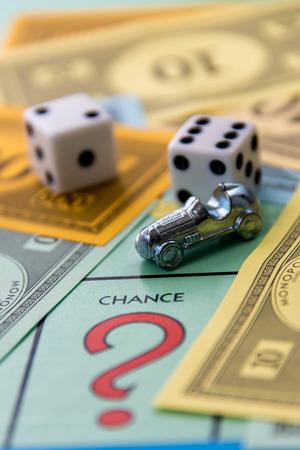 8 februari 2015 - Houston, TX, USA. Monopoly spelbord met auto op Chance
