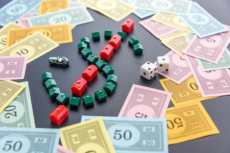 monopolio: 08 de febrero 2015 - Houston, TX, EE.UU.. Dinero del Monopoly alrededor de las casas y hoteles
