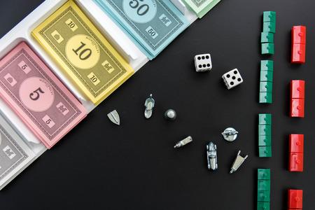 monopolio: 08 de febrero 2015 - Houston, TX, EE.UU.. Dinero del Monopoly, piezas de juego y dados