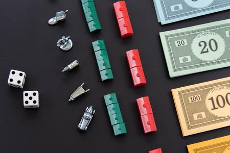 08 de febrero 2015 - Houston, TX, EE.UU.. Dinero del Monopoly, y piezas de juego en filas Editorial