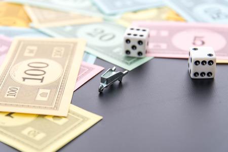 monopolio: 08 de febrero 2015 - Houston, TX, EE.UU.. Monopoly carretilla, dados y dinero