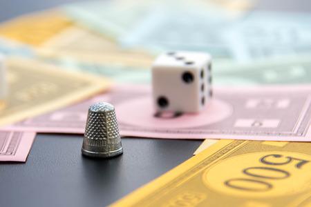 monopolio: 08 de febrero 2015 - Houston, TX, EE.UU.. Monopoly dedal, dados y dinero