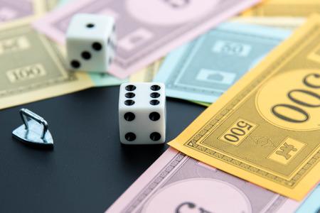 monopolio: 08 de febrero 2015: Houston, TX, EE.UU.. Monopolio de hierro, dados y dinero