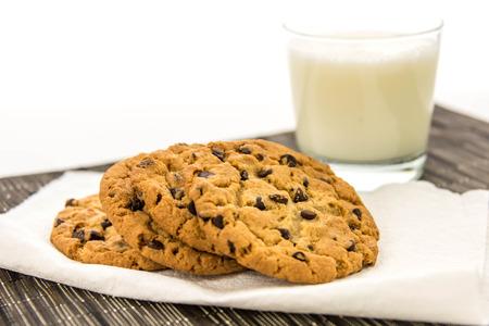 glas melk en chocolate chip cookies