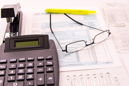 Suministros de preparación de impuestos, gafas de lectura y formularios de impuestos en blanco Foto de archivo