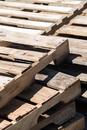 pallette: pile de vides pallettes de bois