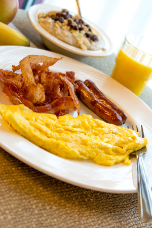 ボリュームたっぷりの卵、ベーコン、ソーセージの朝食プレート上 写真素材