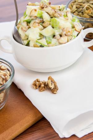 jus de citron: collation saine: salade de pommes aux amandes, les noix et les graines de citrouille, le lait condens� et de jus de citron Banque d'images