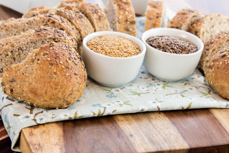adn: a fresh baked loaf of whole grains bread with poppy, flax adn sunflower seeds Foto de archivo