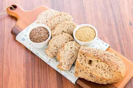 adn: un pan reci�n horneado de granos enteros pan con amapola, semillas de girasol adn lino
