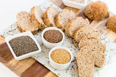 un pan recién horneado de granos enteros pan con amapola, semillas de girasol adn lino
