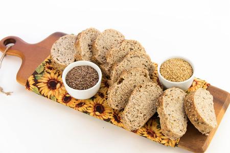 adn: un pan recién horneado de granos enteros pan con amapola, semillas de girasol adn lino