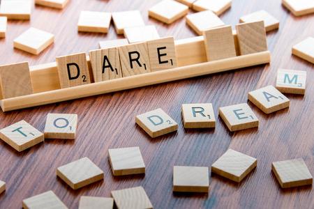osare: 4 aprile 2015: Houston, TX, Stati Uniti d'America - Scrabble Word Game piastrelle di legno ortografia coraggio di sognare