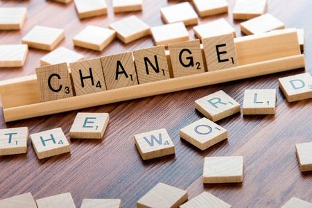 4 april 2015: Houston, TX, USA - Scrabble Word Game houten tegels spelling Verander de wereld