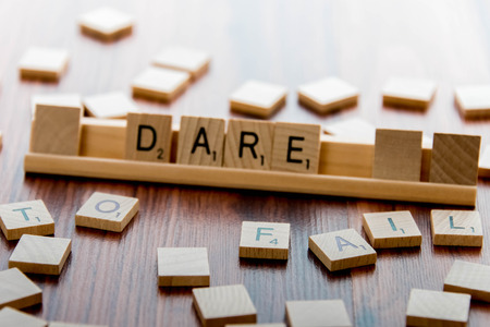 osare: 4 aprile 2015: Houston, TX, Stati Uniti d'America - Scrabble Word Game piastrelle di legno ortografia DARE TO FAIL