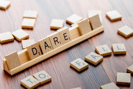4 april 2015: Houston, TX, USA - Scrabble Word Game houten tegels spelling DARE TO FAIL Redactioneel