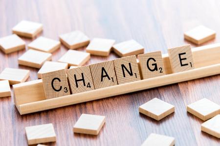 4 april 2015: Houston, TX, USA - Scrabble Word Game houten tegels spelling CHANGE