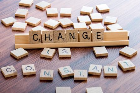 4 april 2015: Houston, Texas, USA - Scrabble Word Game hout tegels spelling verandering een constante