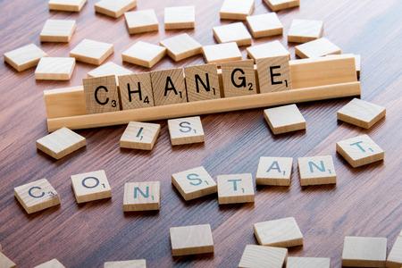 4 april 2015: Houston, TX, VS - Scrabble Word Game houten tegels spelling VERANDERING IS CONSTANT