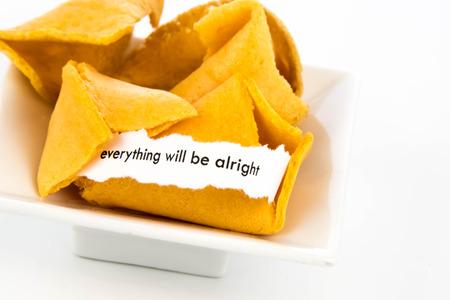 흰 종이의 스트립이있는 포춘 쿠키 - 모든 것이 적합 할 것입니다.