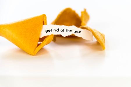 백서의 스트립이있는 포춘 쿠키를 열어서 상자를 꺼내십시오.