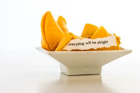 geopend fortune cookie met strip wit papier - alles komt goed