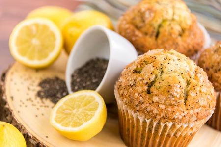 adn: magdalenas semilla de amapola de lim�n reci�n horneadas adn limones y semillas de amapola Foto de archivo