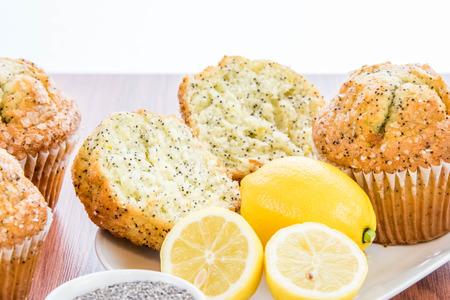 adn: magdalenas semilla de amapola de limón recién horneadas adn limones y semillas de amapola Foto de archivo