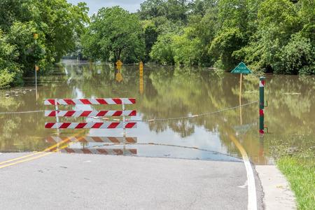 Staande overstromingen over wegen en velden