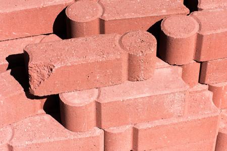 materiales de construcción al aire libre - adoquines de hormigón apilados mampostería Foto de archivo