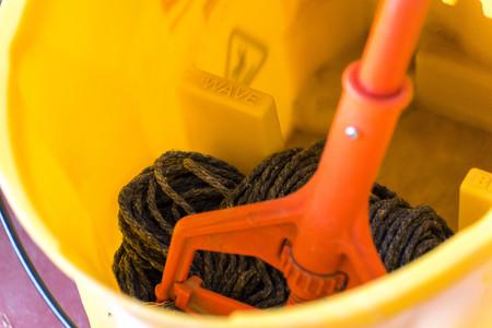 una mopa húmeda en un cubo de fregona seca Foto de archivo