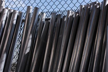 materiales de construcción al aire libre - apiladas mensajes cerco de malla